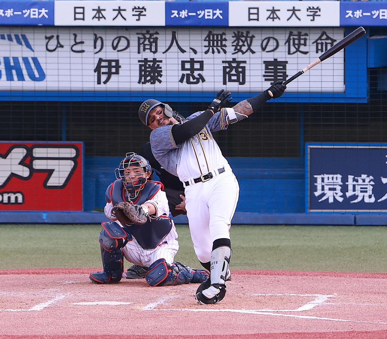 ヤクルト対阪神 7回表阪神1死、近藤から左越え本塁打を放つマルテ(撮影・野上伸悟)