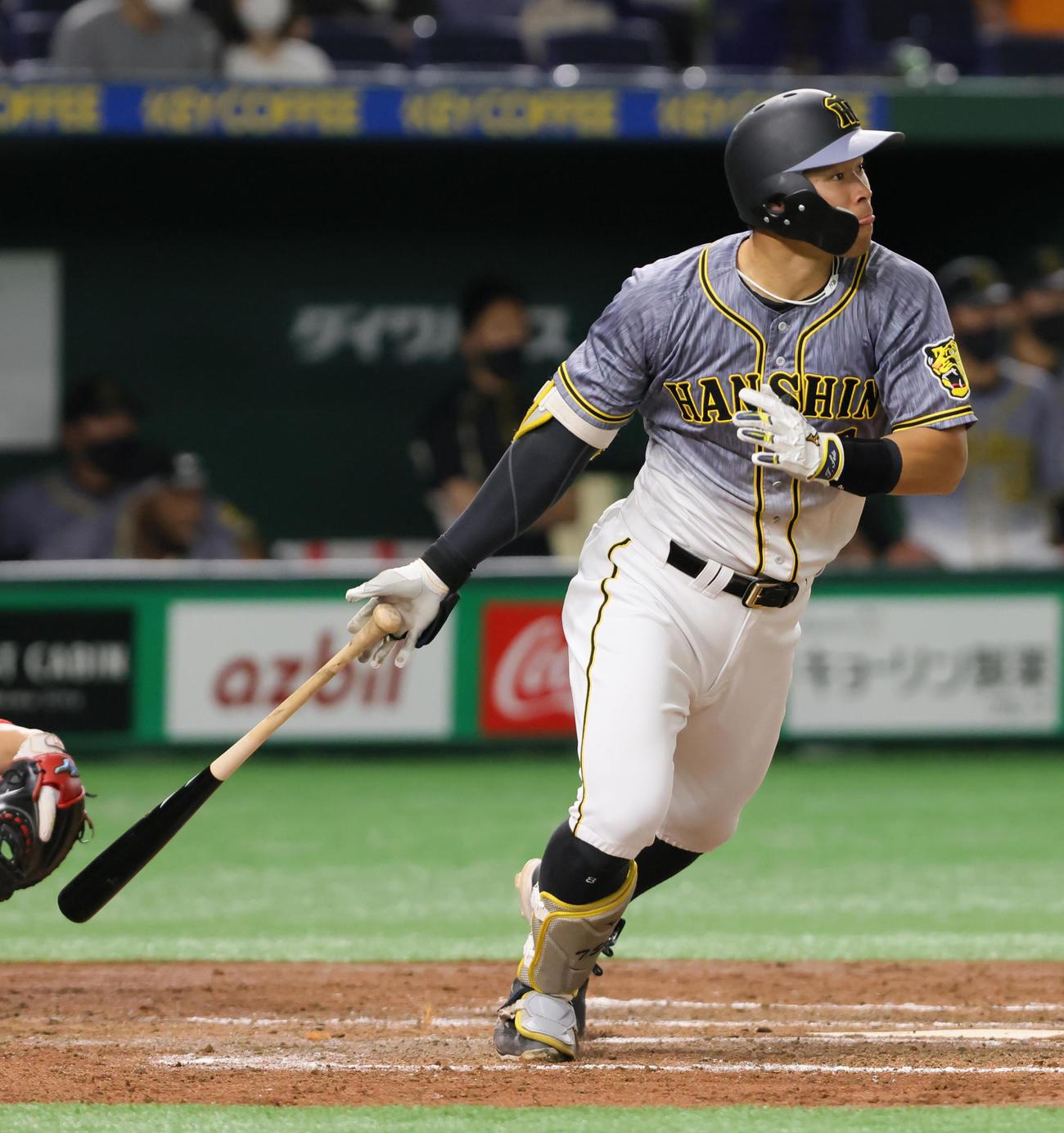 巨人対阪神 3回表阪神1死一、二塁、佐藤輝は中越え2点適時二塁打を放つ(撮影・足立雅史)