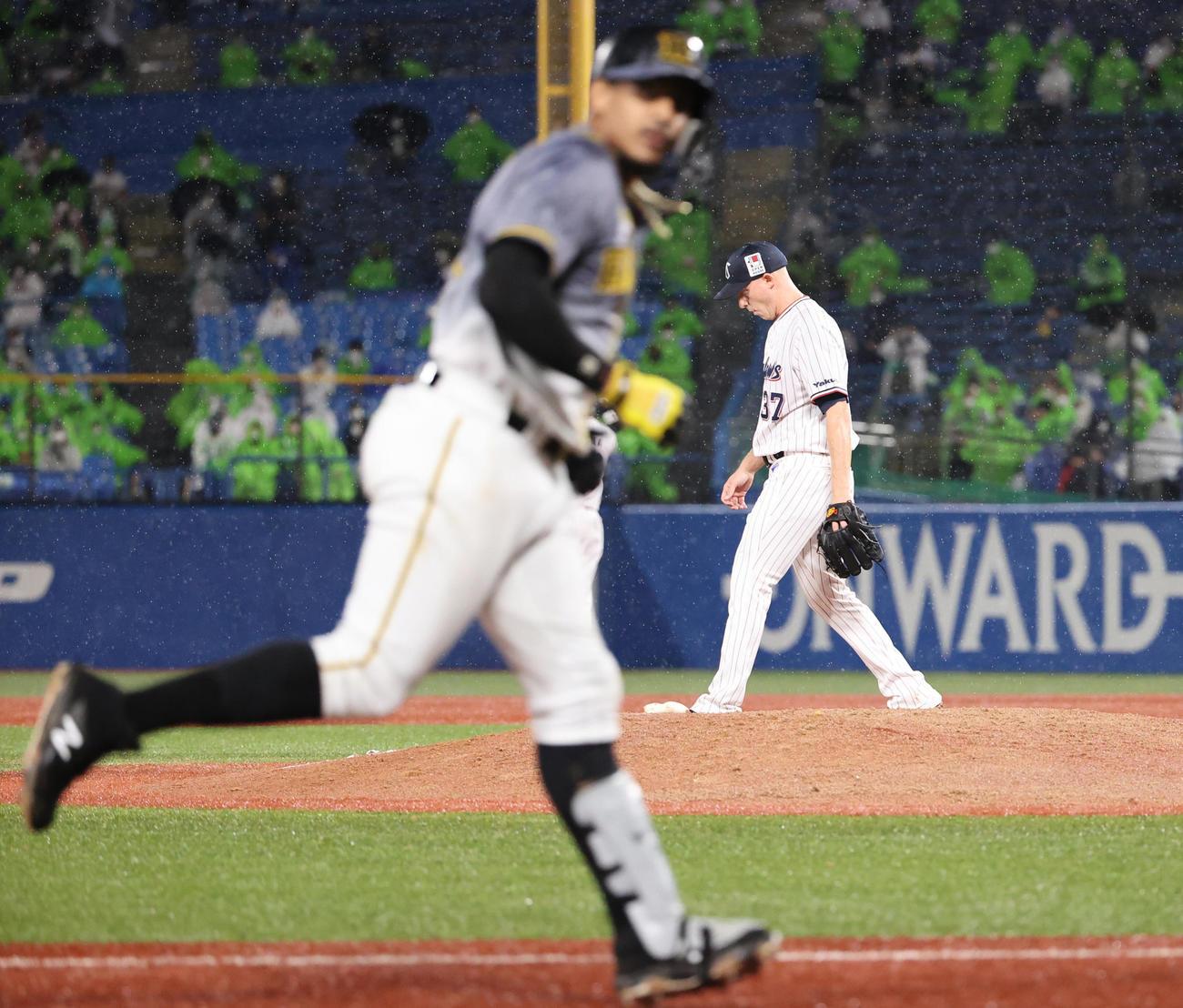 ヤクルト対阪神 9回表阪神1死一、二塁、マルテに左越え同点3点本塁打を浴びるヤクルトマクガフ(撮影・清水貴仁)
