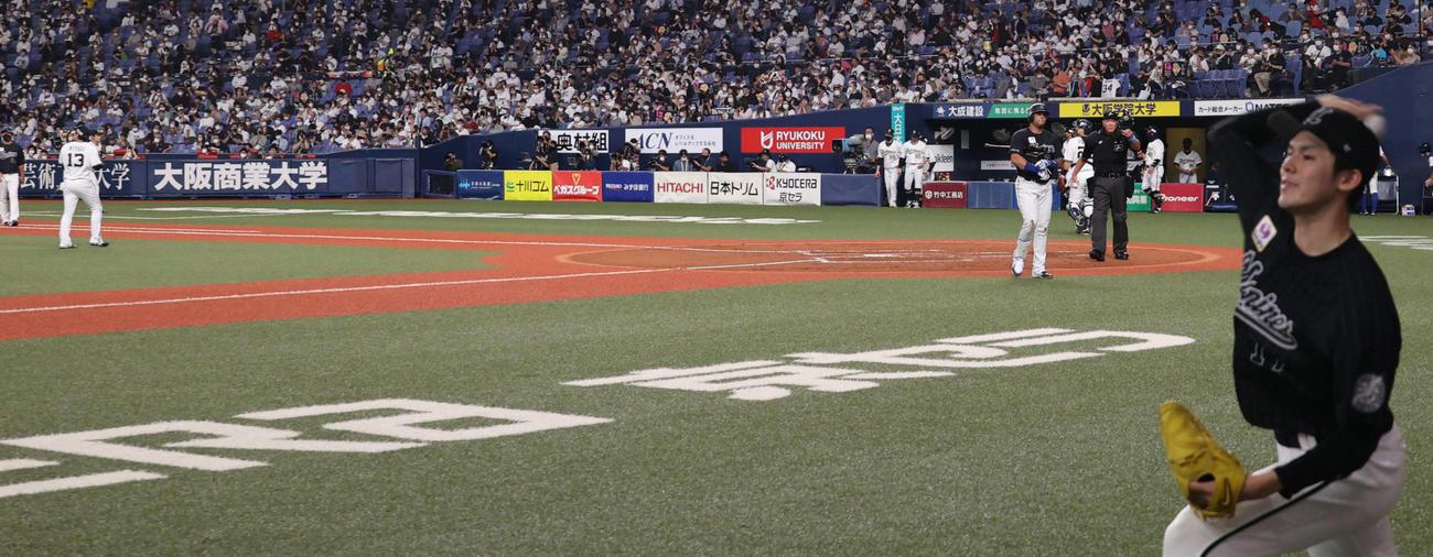 投球練習する佐々木朗希とマウンドの宮城大弥(撮影・渦原淳)