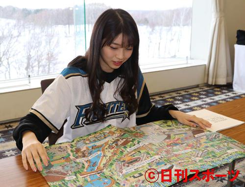 日本ハムのボールパーク完成予想イラストを眺める「モーニング娘。」の牧野真莉愛(撮影・山崎純一)