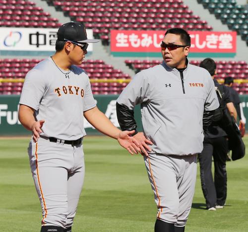 3日、巨人岡本(左)はグラウンドに出て阿部と言葉を交わす(撮影・垰建太)