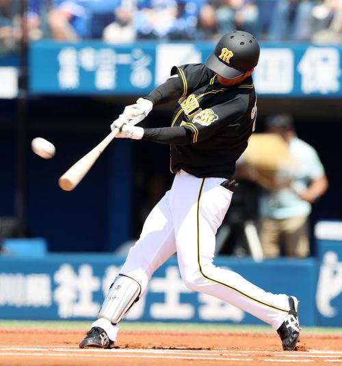 1回表阪神無死、近本は右越え本塁打を放つ(撮影・加藤哉)