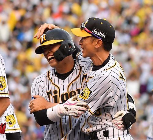 6月9日、サヨナラ打を放った原口(左)と抱き合って喜ぶ矢野監督