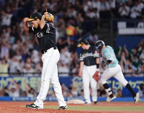 ロッテ対ソフトバンク 4回裏ロッテ無死一塁、レアードに2点本塁打を打たれたソフトバンク先発のスアレス(撮影・丹羽敏通)