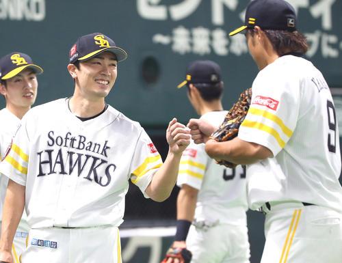 6回表オリックス攻撃終了、柳田(右)を笑顔で出迎える和田(撮影・栗木一考)