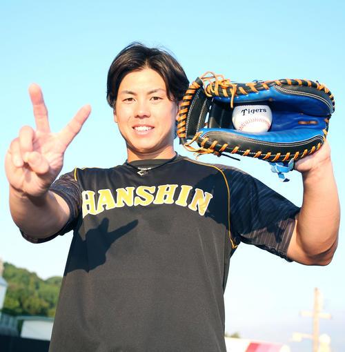 梅野は2年連続でゴールデン・グラブ賞に輝き2回目のポーズを決める(撮影・上山淳一)