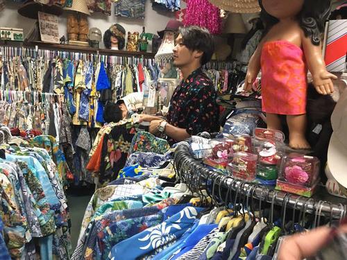 ハワイ日本一旅行でアロハシャツを探すソフトバンク松田遼