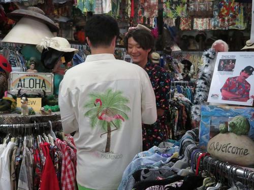ハワイ日本一旅行で、甲斐野(手前)とともに好みのアロハシャツを探しながら笑顔を見せるソフトバンク松田遼
