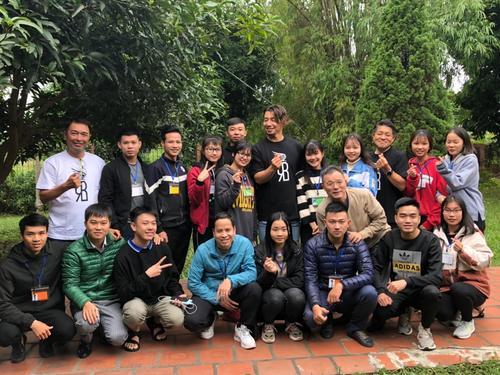 前阪神鳥谷は一般社団法人「レッドバード」の活動でベトナムを訪れ、ドンアイ沖縄経済文化交流センターで日本語を勉強する生徒たちと記念撮影(レッドバード提供)