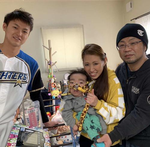18年オフに宮城家を訪問した日本ハム田中瑛(左端)(本人提供)