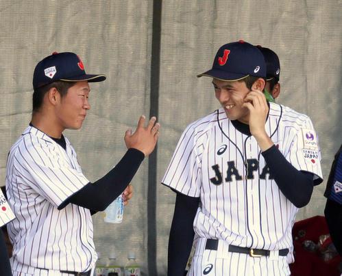 U18高校日本代表で飯塚脩人(左)と談笑する佐々木朗希