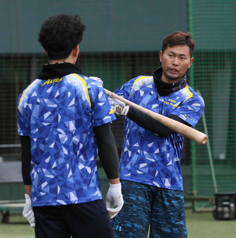 栗原(左)にアドバイスする中村晃(2020年1月13日)