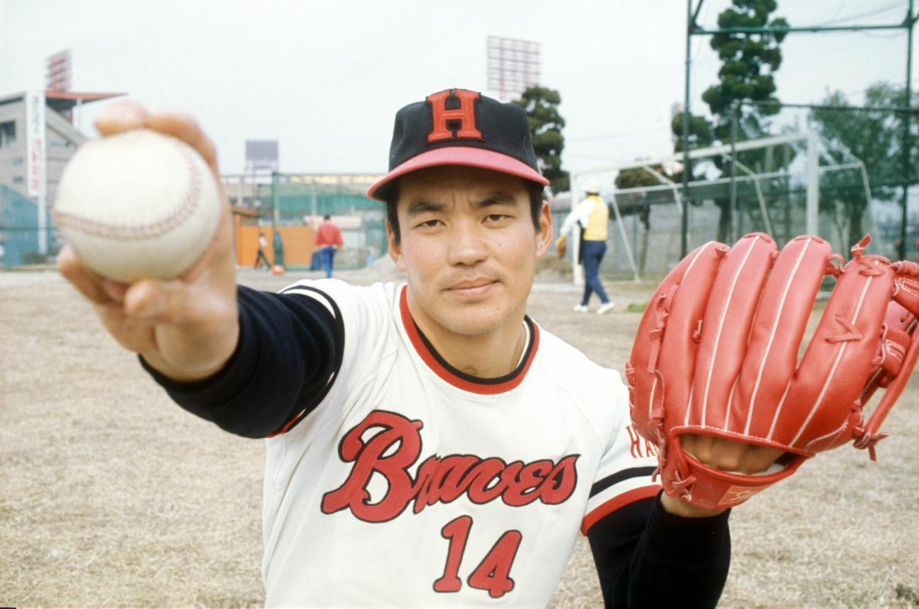 ポーズをとる阪急・山口高志(1977年撮影)