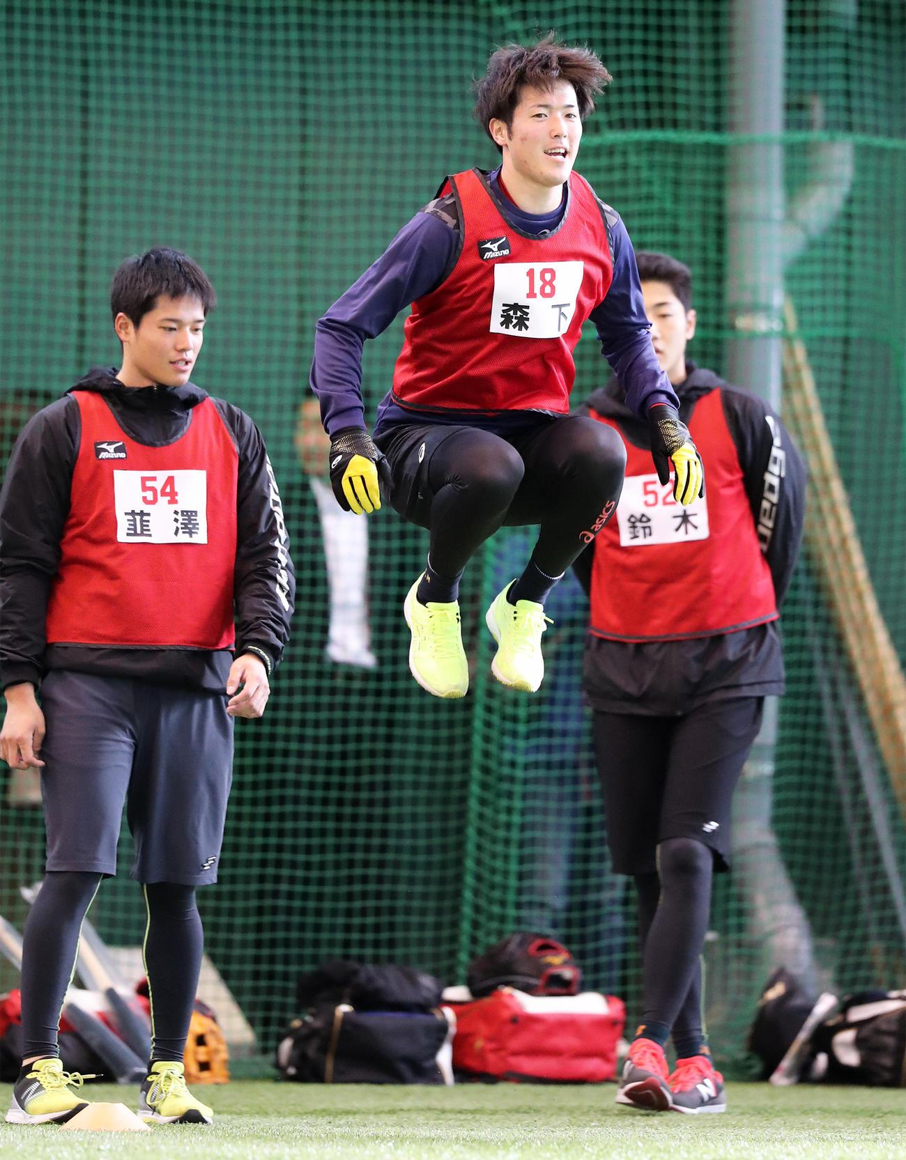 新人自主トレ初日に軽快な動きで高い跳躍力を見せる森下暢仁(2020年1月8日撮影)