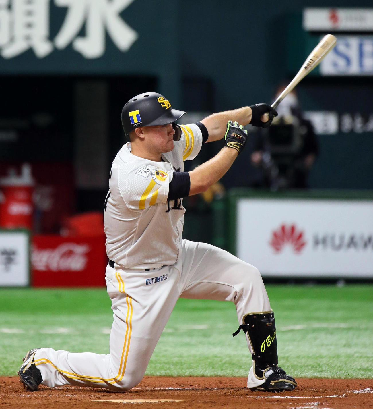 ソフトバンク対広島 7回裏、リチャードは左翼線へ適時二塁打を放つ(撮影・栗木一考)