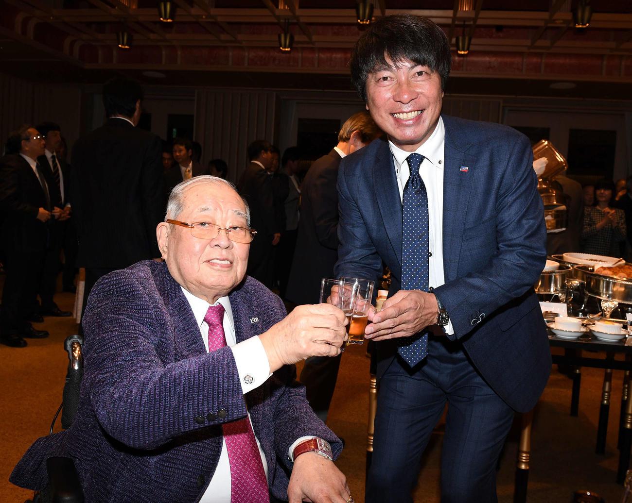 1月、ヤクルトOB総会で高津新監督と乾杯する野村克也さん
