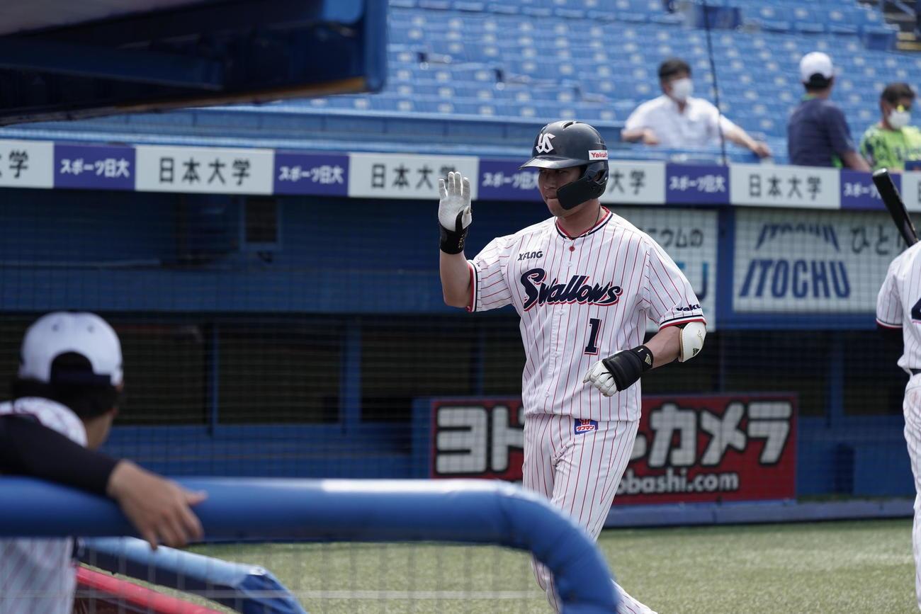 3回にソロ本塁打を放った山田哲はベンチのチームメートとエアーハイタッチ(球団提供)
