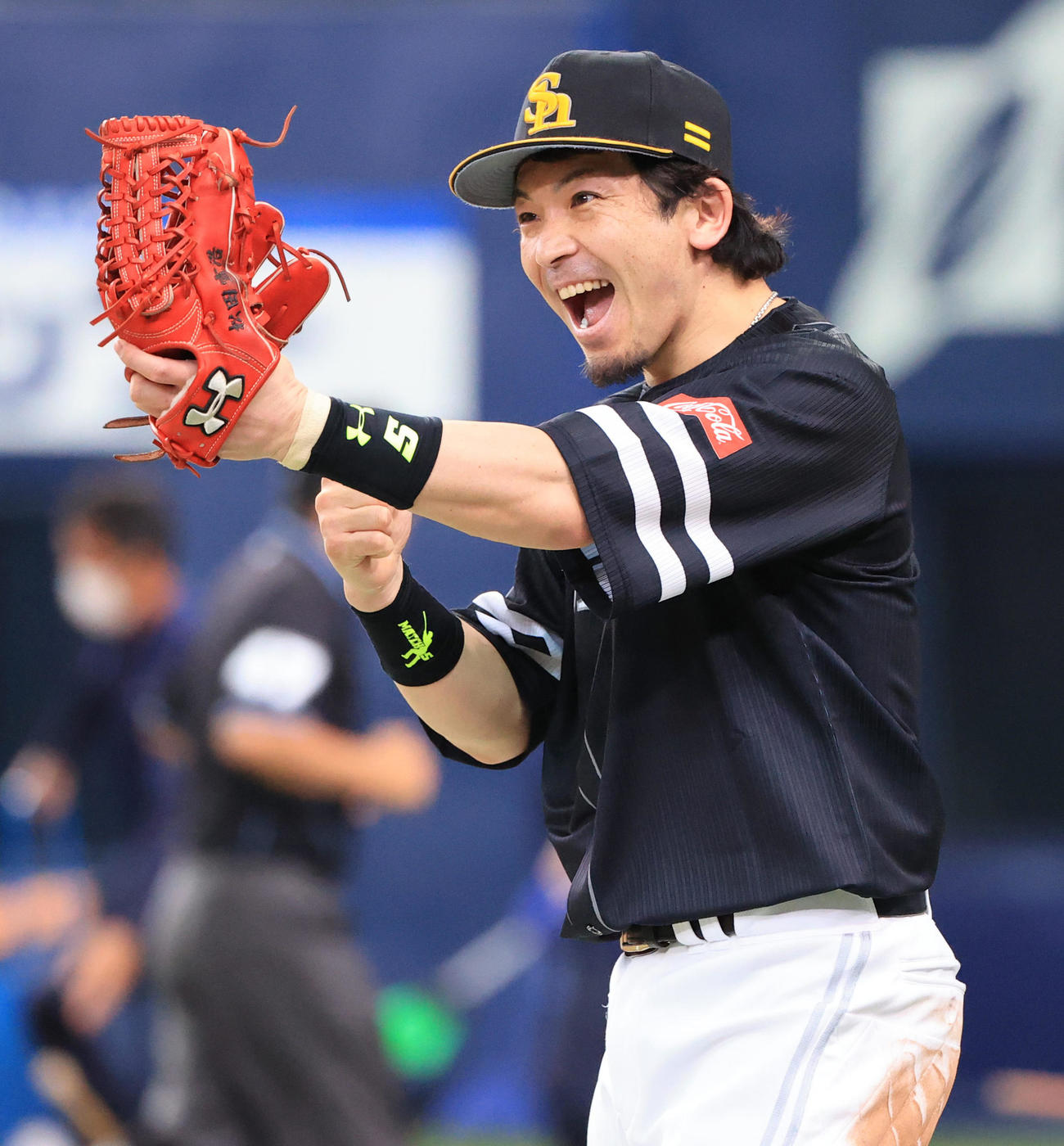 好捕したバレンティンを笑顔で出迎える松田宣浩(2020年6月2日)