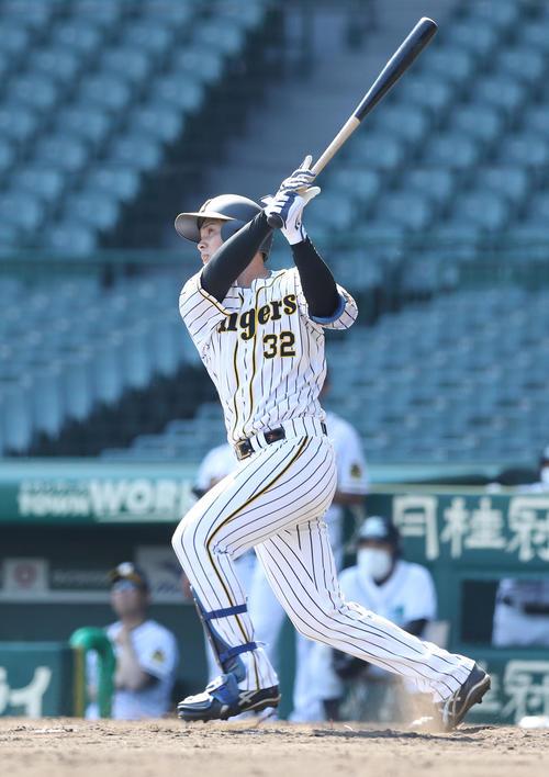 ウエスタンリーグ 阪神対オリックス 9回裏阪神2死、左越え二塁打を放つ井上(2020年6月23日撮影)