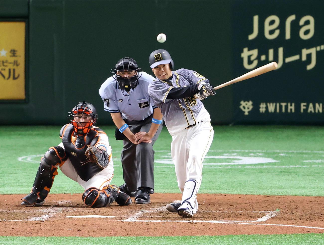 巨人対阪神 5回表阪神1死二塁、適時二塁打を放つ西勇(2020年6月19日撮影)