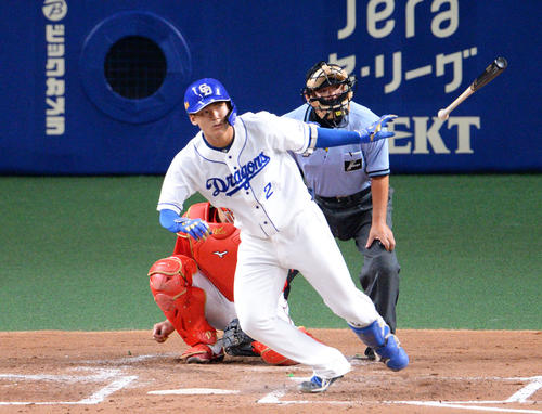 2回裏中日1死、石川昂はプロ初打席初安打を左二塁打で飾る(撮影・森本幸一)