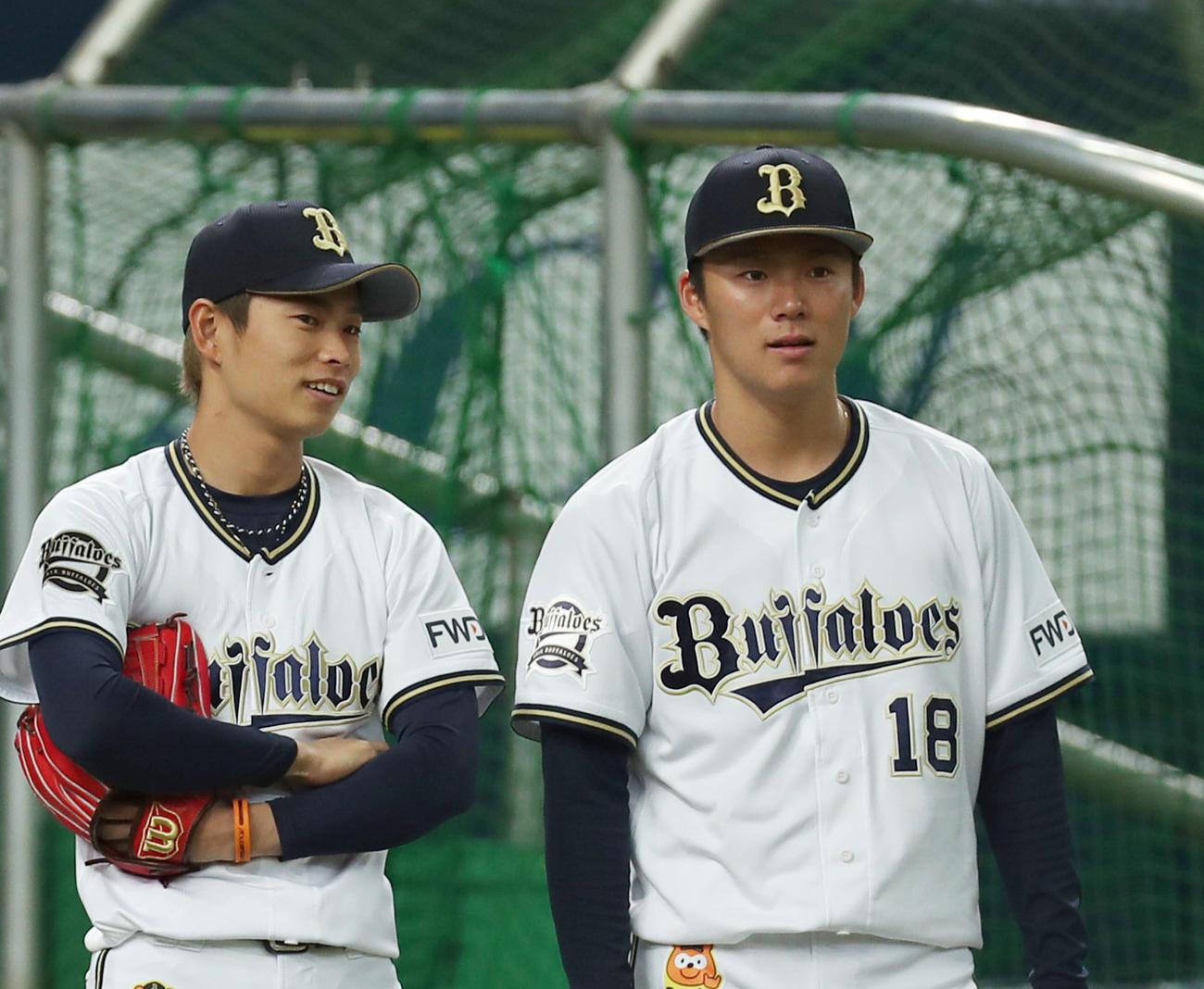 練習中に談笑するオリックス山岡(左)と山本(2020年3月28日)