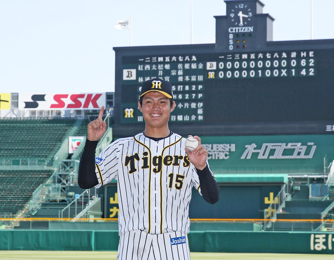 2軍戦でプロ初勝利を挙げ、笑顔でポーズを決める阪神西純矢(2020年6月24日撮影)
