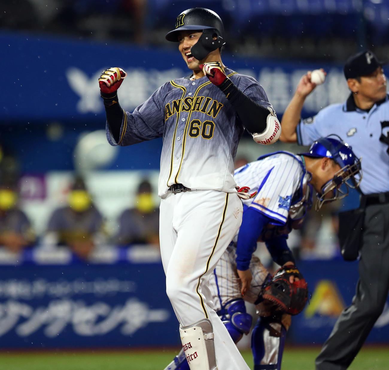 DeNA対阪神 4回表阪神2死一、二塁、左越え3点本塁打を放ち喜ぶ中谷(撮影・大野祥一)