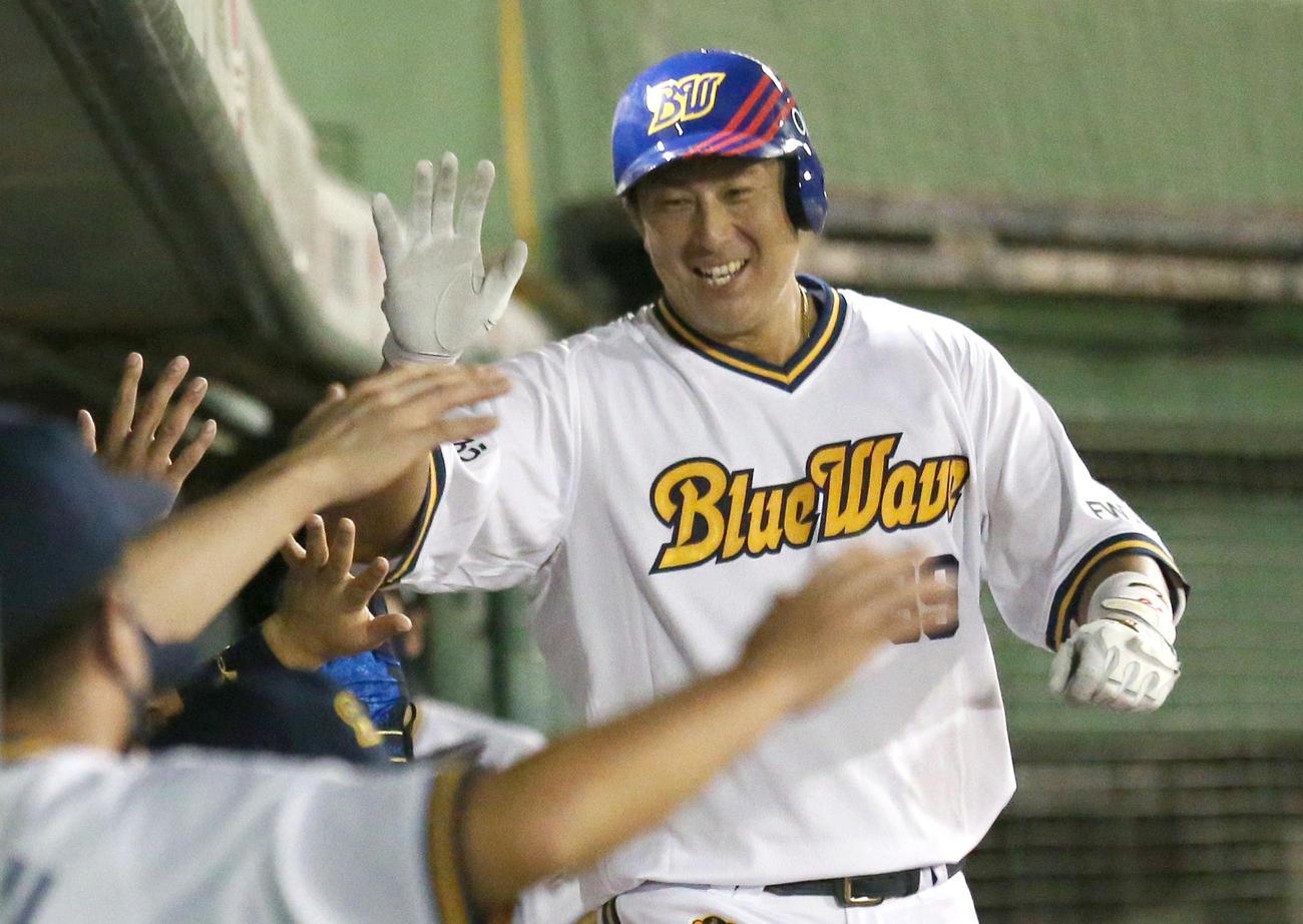 9月16日、楽天戦で先制の本塁打を放ちベンチの出迎えに笑顔でハイタッチする杉本