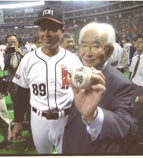 99年、ダイエーが球団創設11年目にして優勝。試合後、王貞治監督(左)からウイニングボールを受け取った中内功オーナー