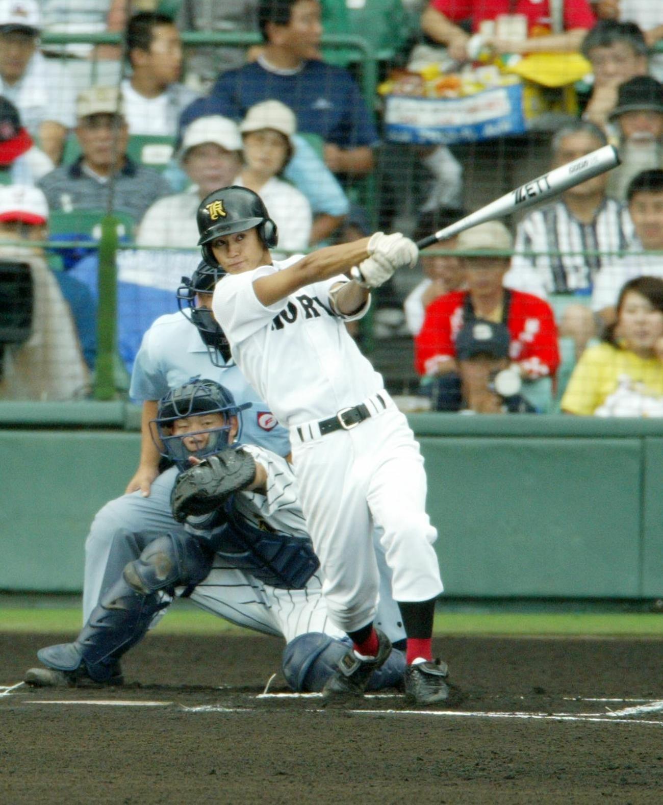 03年8月9日、東海大甲府戦の1回表、左越え先頭打者本塁打を放つ広陵・上本博紀
