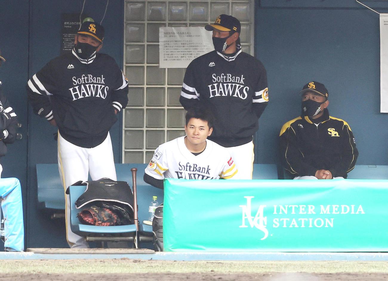 ソフトバンク対ロッテ 9回裏ソフトバンク無死一塁、ベンチで首をかしげる工藤公康監督(左)(撮影・垰建太)