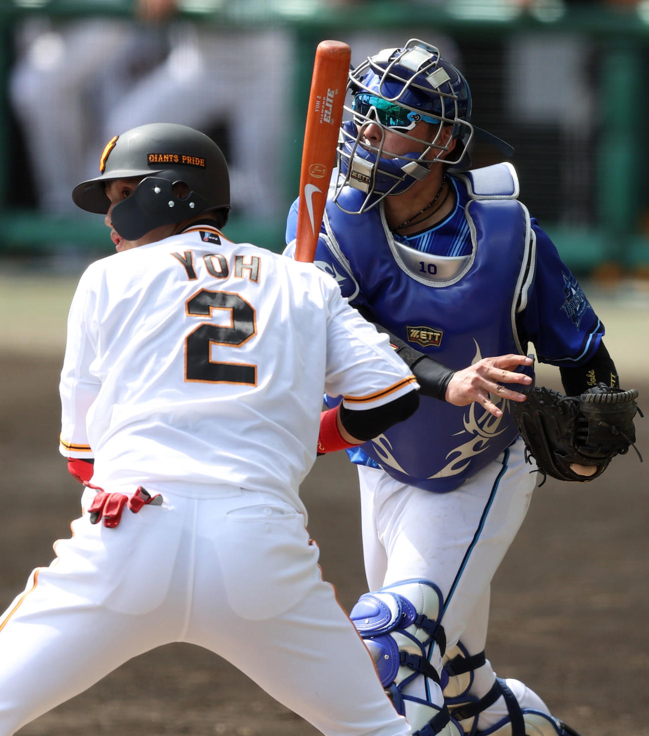 2月28日の巨人対DeNA 5回裏巨人1死二、三塁、三塁へ悪送球する戸柱(右)。打者陽(2021年2月28日撮影)