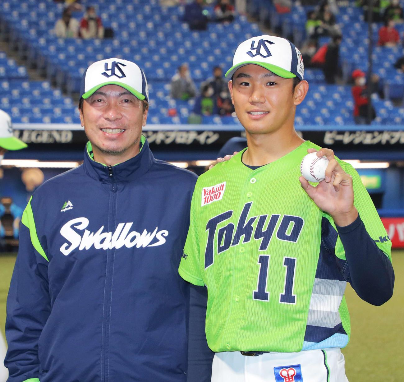 ヤクルト対広島 広島に勝利し、ウイニングボールを手に高津監督(左)と笑顔で写真に納まる奥川(撮影・河田真司)