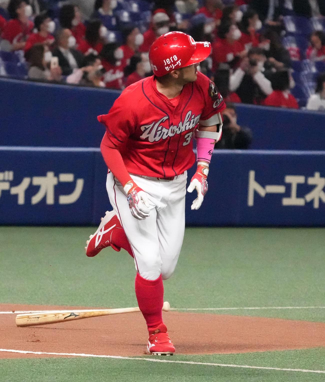 中日対広島 1回表広島無死、左越え本塁打を放った菊池(2021年4月16日撮影)