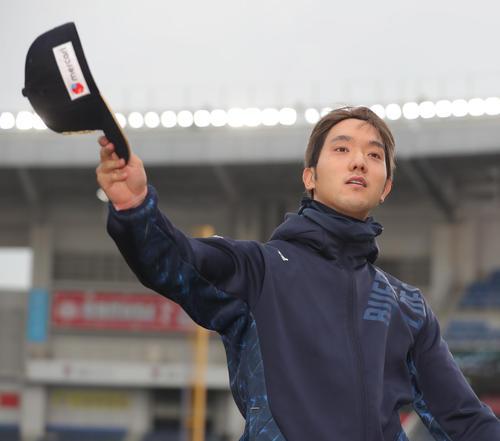ロッテ対オリックス ロッテに勝ち勝利投手となったオリックス田嶋はファンに手を振る(撮影・垰建太)