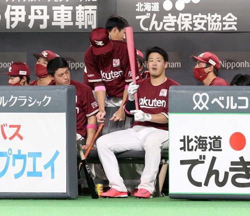 日本ハム対楽天 試合前、ベンチでピンク色のバットを持つ楽天浅村(撮影・佐藤翔太)
