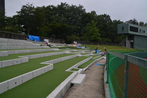 外野席は観戦しやすいように人工芝が敷かれ、階段状になった(撮影・島根純)