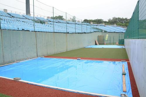 三塁側のブルペン。新たに人工芝が敷かれた(撮影・島根純)