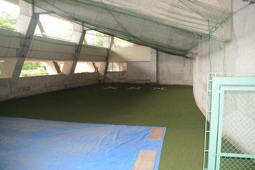 三塁側の室内練習場(撮影・島根純)