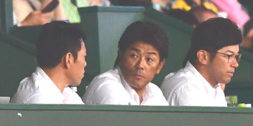 6月20日、甲子園での阪神-楽天戦を視察する稲葉監督(中央)ら侍ジャパンスタッフ