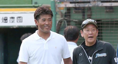 23日、日本ハム栗山監督(右)と