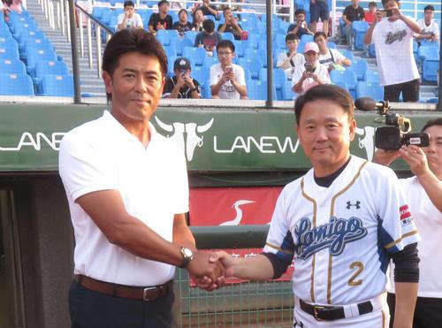 8月、稲葉監督(左)は台湾代表監督も務めるラミゴ洪一中監督と握手
