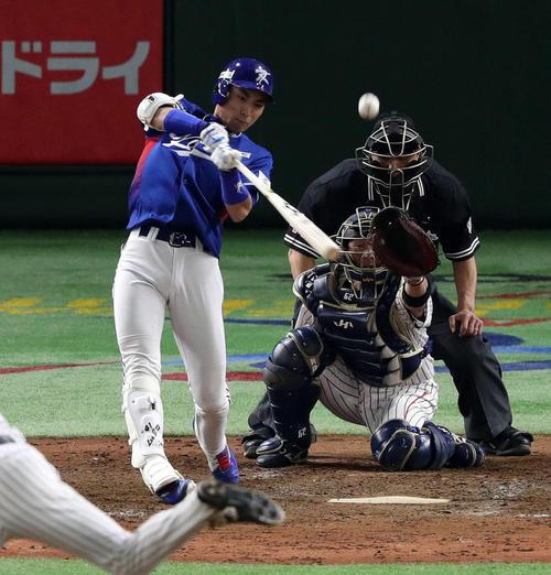 17年11月、アジアプロ野球チャンピオンシップ日本-韓国戦の4回、李政厚は左2点適時二塁打を放つ