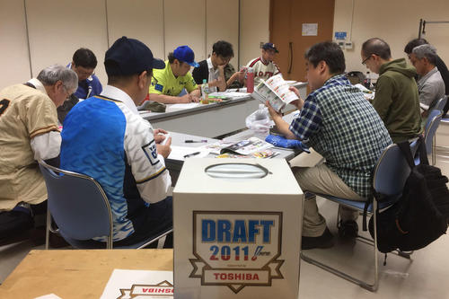 「模擬ドラフト」で各自戦略を練るドラフト会議倶楽部のメンバーたち(撮影・金子真仁)