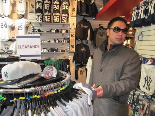 13年11月、マンハッタンのヤンキースショップで買い物をする巨人阿部