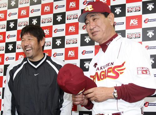 12年2月、楽天入団が決まり星野監督(右)が帽子を持って登場し満面の笑みを浮かべる下柳