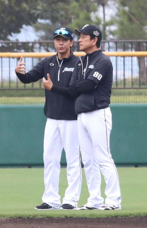 4日、沖縄・国頭秋季キャンプで話し込む日本ハム栗山監督(右)と武田投手コーチ