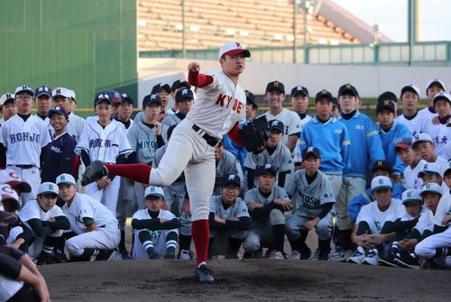 14日、「彩の国フェスティバル」で中学生たちに囲まれながら144キロの速球を披露した春日部共栄・村田賢一投手